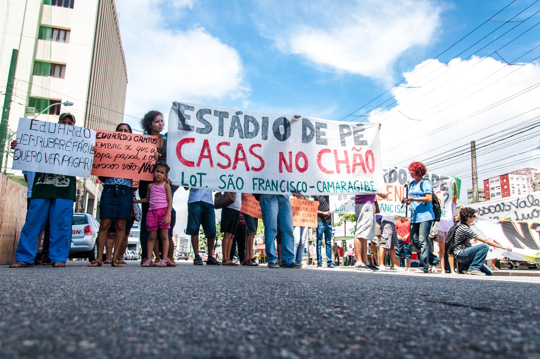 Diversos movimentos sociais, entidades, moradores do Recife acompanharam o ato na rua e nos meios de transporte. (Foto: Ana Lira/Comitê Popular da Copa Pernambuco)