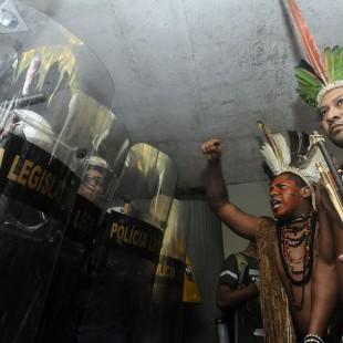 Indígenas protestam contra a PEC 215 na Câmara (Foto: Gabriela Korossy/Agência Câmara)