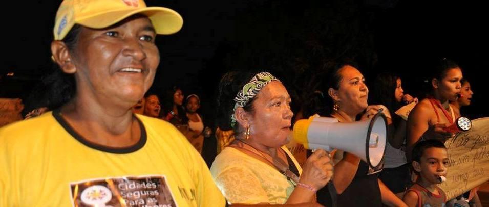 Mulheres fazem 'lanternaço' por cidades mais seguras