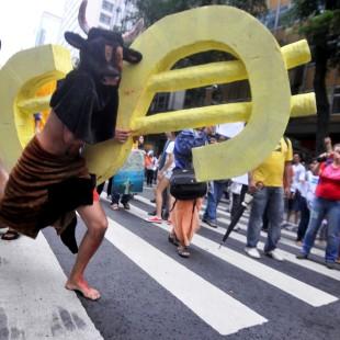 """Ativista em ato da Cúpula dos Povos ironiza a """"sustentabilidade do agronegócio"""" (Foto: Marcelo Casall Jr/ABr)"""