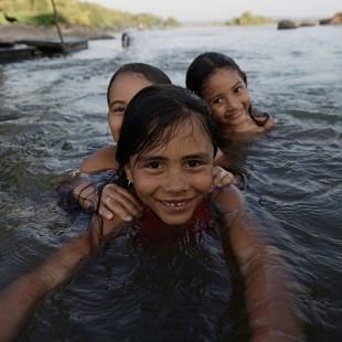 Crianças da comunidade de Mangabal nadam nas águas livres do Tapajós. (Gabriel Bicho/Greenpeace)