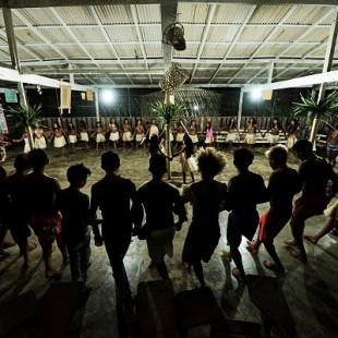 Mundurukus cantam e dançam na aldeia Waro Apompu (Gabriel Bicho/Greenpeace)