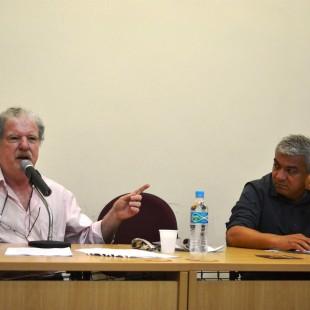 Carlos Vainer (à esqueda) ao lado do diretor da FASE Evanildo Barbosa, que coordenou o debate. (Foto: Comitê Copa PE)