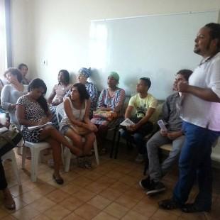 Leo Machado (de pé) durante roda de conversa  realizada na FASE em PE (Foto: FASE)
