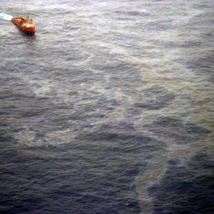 Vazamento no poço da Chevron na Bacia de Campos, no norte do RJ. (Foto: ABr)