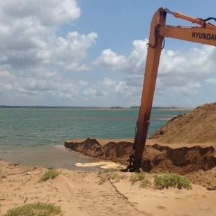 Abertura da barra sul da foz do Rio Doce, em Regência (ES), por conta do rompimento em MG. (Foto: Prefeitura de Linhares)