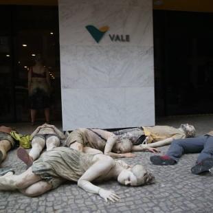 Ativistas protestam em frente à Vale, uma das controladoras da Samarco. (Foto: Atingidos pela Vale)