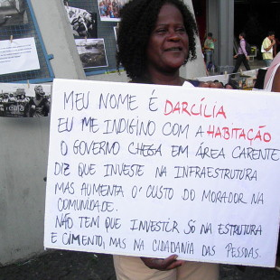 Darcília antes de iniciar o ato no Largo da Carioca. (Foto: Rosilene Miliotti/FASE)