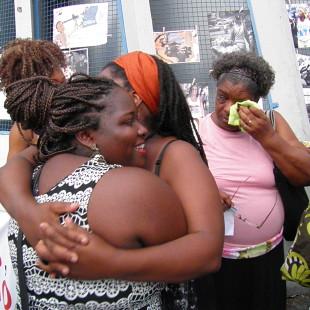 Emocionadas, as mulheres se abraçaram e choraram (Foto: Rosilene Miliotti/FASE)