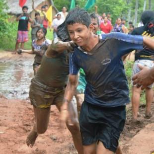 Nas brincadeiras se atira água, carvão e lama. (Foto: Sandra Regina Gomes/FASE)