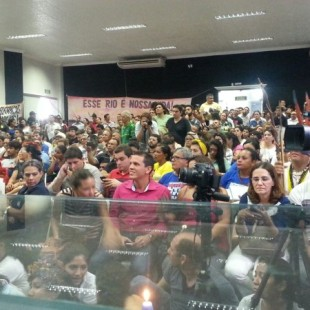 Sala da audiência pública estava lotada. Pessoas que não conseguiram entrar ficaram do lado de fora. (Foto: Greenpeace)