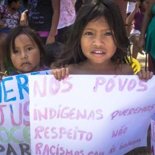 Índios que estão acolhidos na Casa de Passagem Indígena em Curitiba fizeram uma manifestação na manhã desta sexta-feira (8) contra a morte do menino indígena Vitor Pinto, de 2 anos, na última semana em Imbituba (SC). Curitiba, 08/01/2016 - Foto: Daniel Caron/FAS