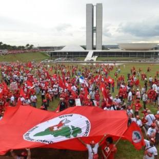 Cerca de 15 mil manifestantes do MST fizeram um protesto na Praça dos Três Poderes. Foto: José Cruz/Agência Brasil