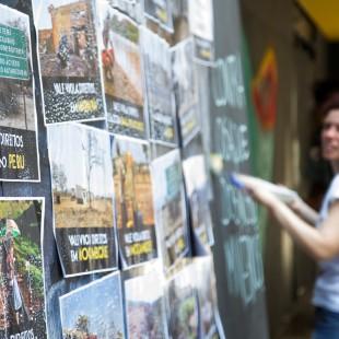 Colagem de cartazes na antiga sede da Vale, no centro do Rio de Janeiro. Foto: Rosilene Miliotti / FASE