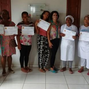Integrantes do Grupo de Mulheres do Calumbi, de Presidente Tancredo Neves, em processo de integração à Coopeípe, vem construindo conhecimentos com assessoria da FASE, para qualificar sua produção e melhorar a gestão de seus empreendimentos.