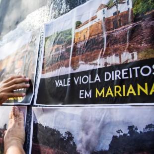 Manifestação em frente a antiga sede da Vale, no Rio de Janeiro. (Foto: Rosilene Miliotti / FASE)