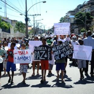 Moradores do Complexo do Alemão pedem paz e justiça pela morte do menino Eduardo de Jesus, 10 anos, em 2015 (Foto: Tomaz Silva/Agência Brasil)