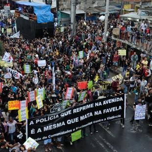 Moradores da Maré protestam na Avenida Brasil contra ação do Bope na comunidade em junho de 2013, que resultou na morte de 10 pessoas. (Foto: Tomaz Silva/Agência Brasil)
