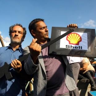 """""""Empresários e capangas"""" interpretados por pessoas comuns, encenam o poder das empresas de petróleo na região. (Foto: Flavia Bernardes / FASE)"""