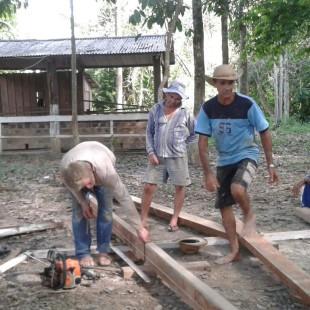 Moradores de Novo Horizonte reformam o barracão da comunidade