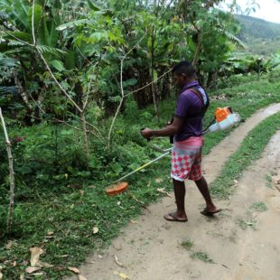 Jovem usando equipamento para manejo de biomassa. (Foto: FASE / Bahia)