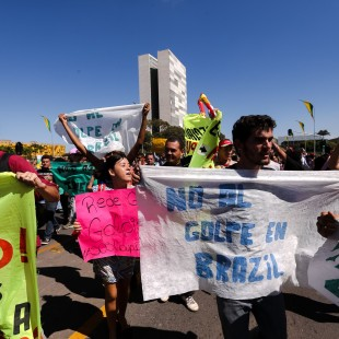 Brasília - Manifestantes fazem protesto contra o impeachment da Presidenta Dilma Rousseff em frente ao Palácio do Planalto durante a passagem da Tocha Olímpica (Marcelo Camargo/Agência Brasil)
