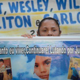 Mãe do menino Eduardo (10 anos) morto por policiais no Complexo do Alemão pede punição aos culpados. (Foto: Tânia Rêgo/ Agência Brasil)