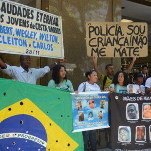 Parentes de jovens mortos pela violência policial protestam em frente ao Tribunal de Justiça e relembram um ano da morte dos cinco jovens de Costa Barros. (Foto: Tânia Rêgo/Agência Brasil)