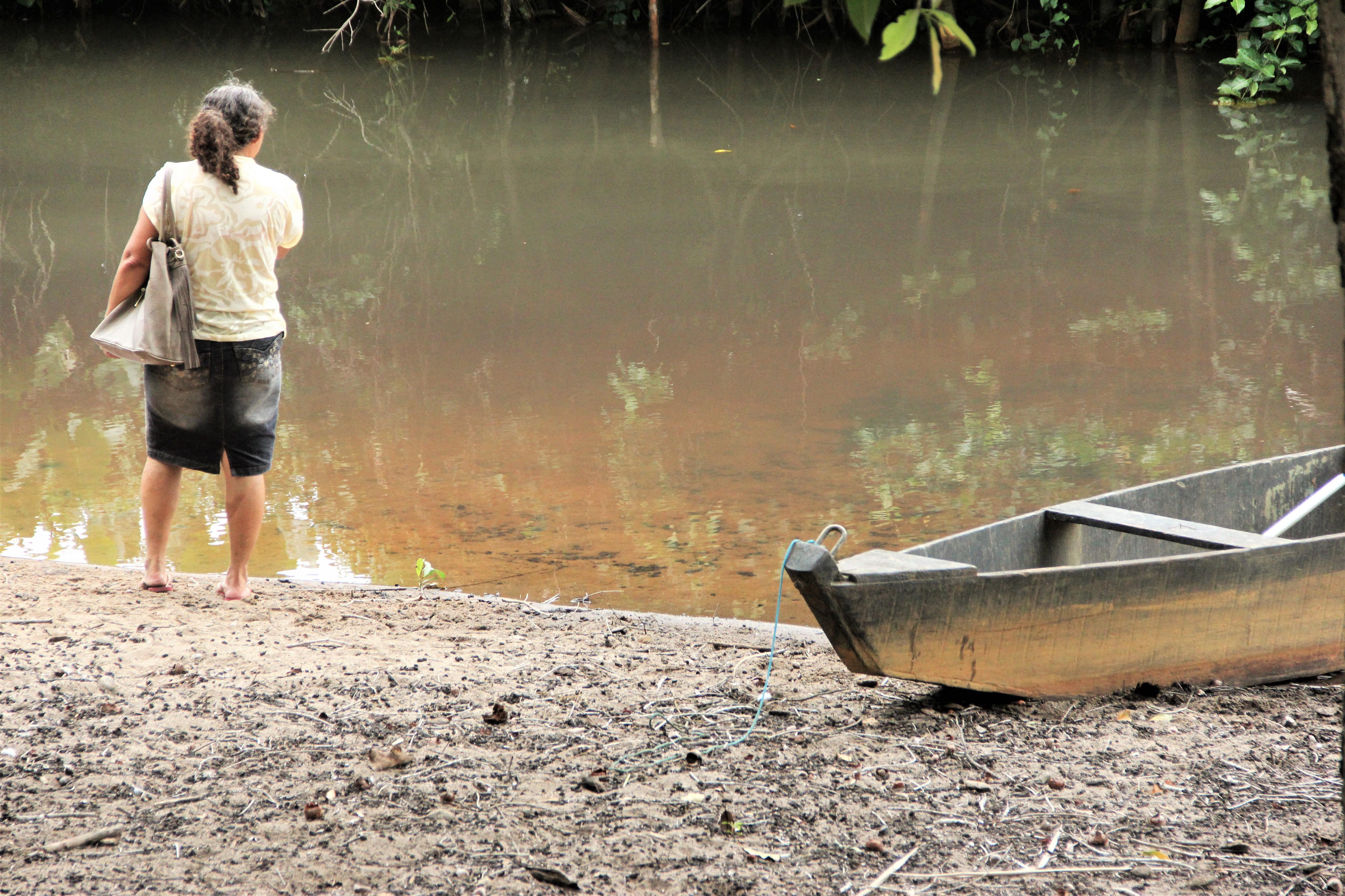 A pescadora Katia durante o giro pelos territórios.