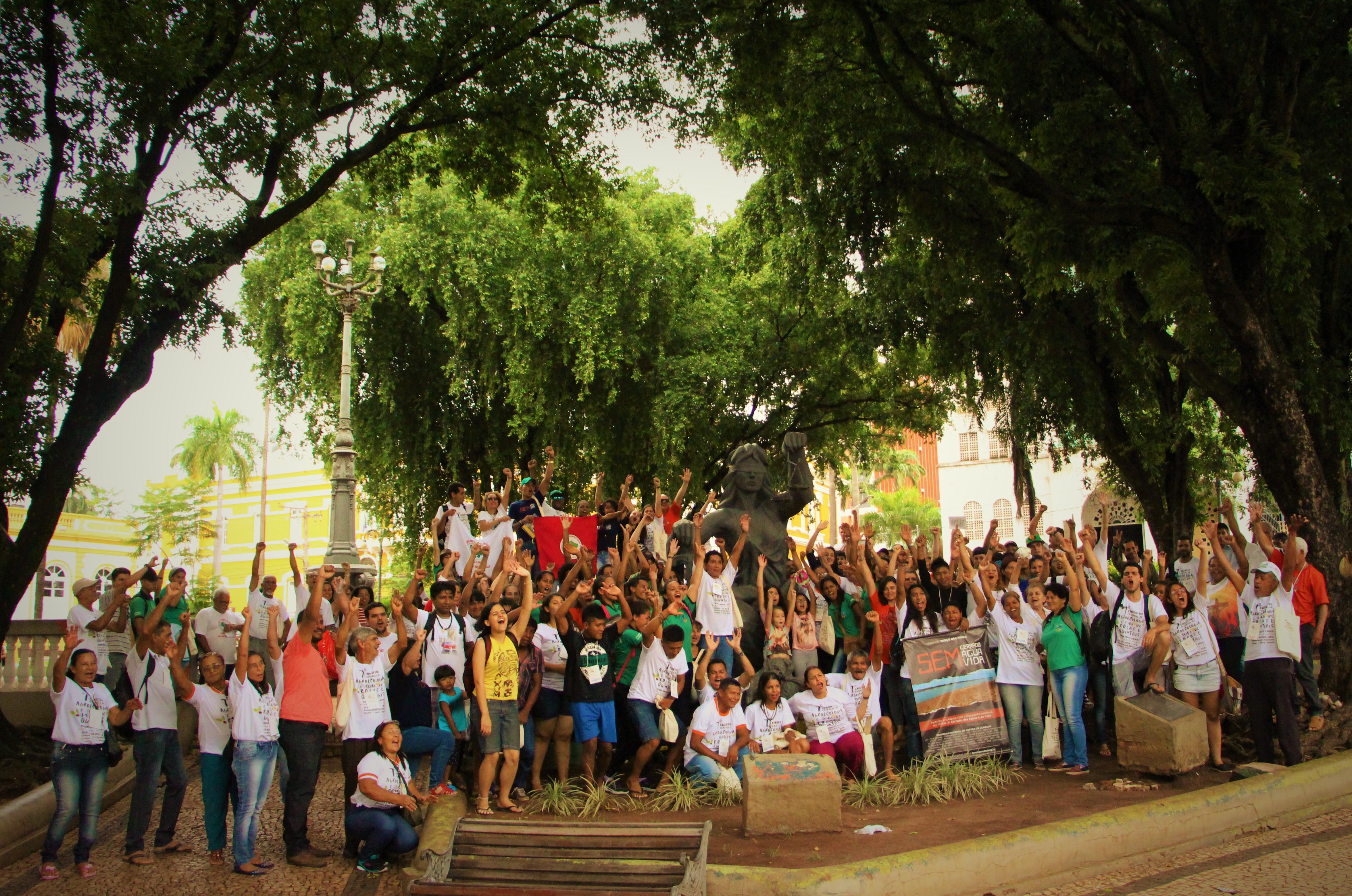 Encerramento do ato ao lado da estátua da Justiça. (Foto: Gilka Resende/FASE)