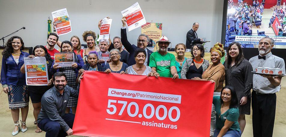 Rodrigo Maia recebe petição em defesa do Cerrado
